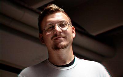 Podajajoči intervju z Robijem Gučekom, multimedijskim oblikovalcem