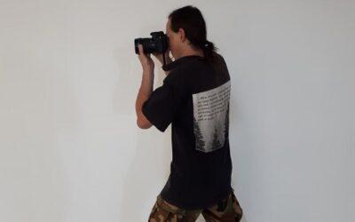 Podajajoči intervju s Tonijem Komljancem, administratorjem in fotografom